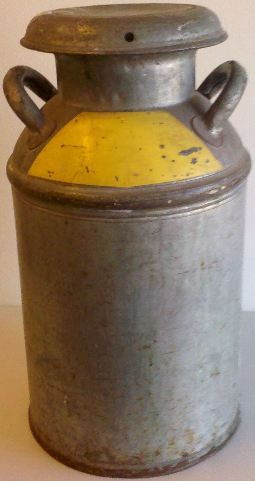 Anonymous silver can with yellow